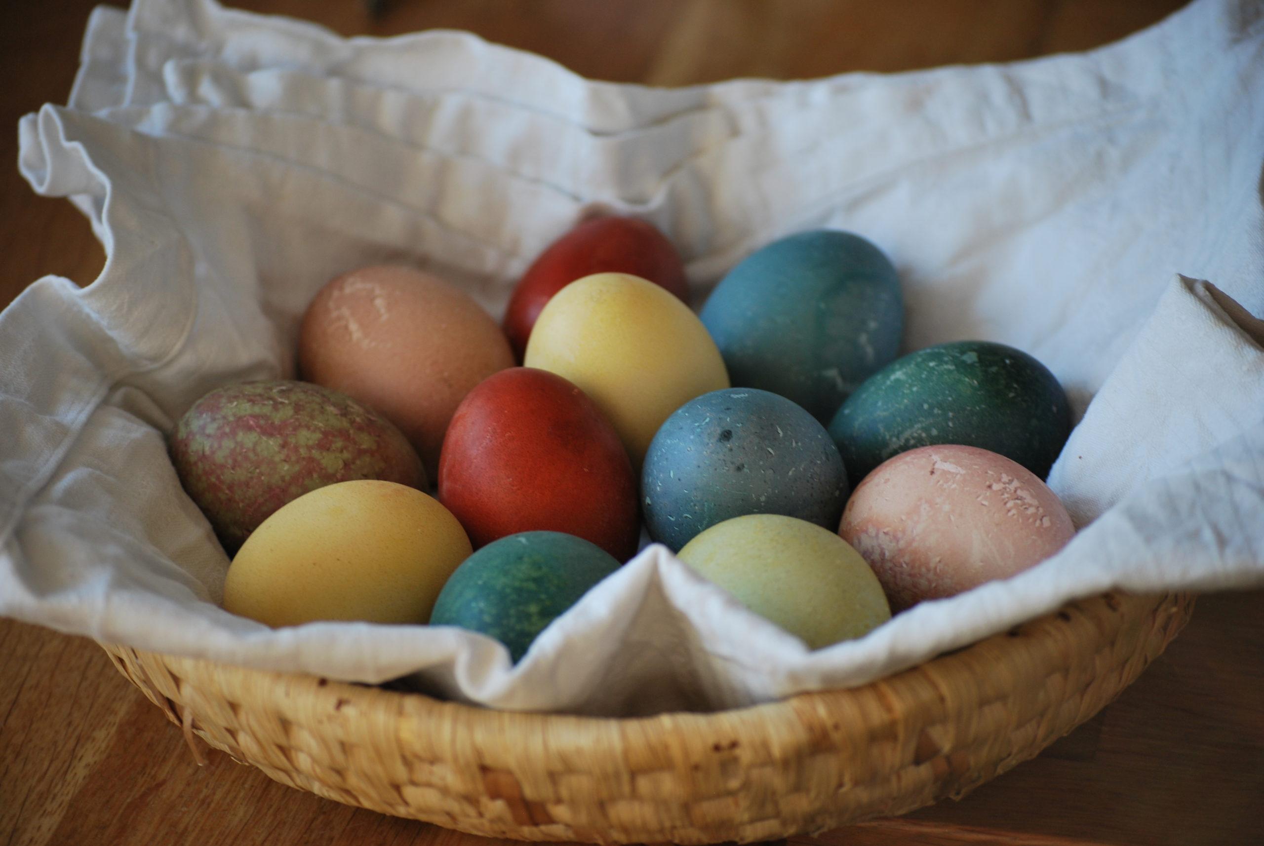 Oster-Eier natürlich färben mit Küchenzutaten
